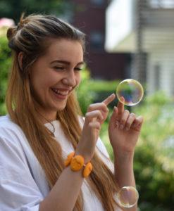 ragazze che giocano con bolle di sapone