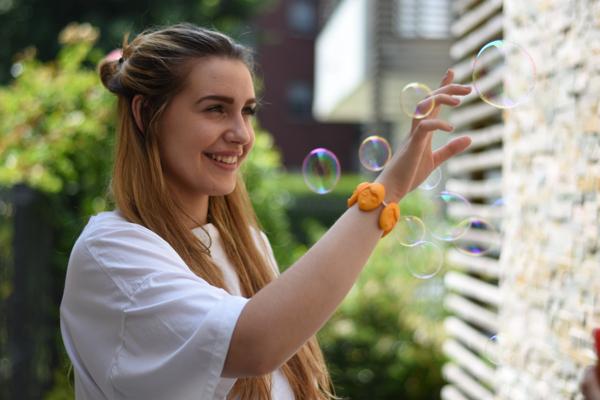 divertente ragazza giocare con bolla arancia Bracciale emozioni divertente giorno