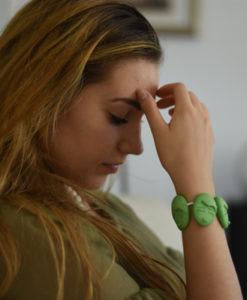 triste ragazza piangere braccialetto verde So Sad Emotions